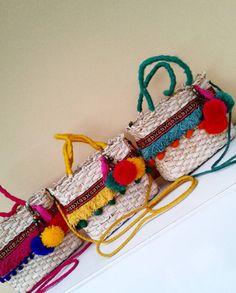Bolsas de palha customizadas são tendência para o verão!   Juliana Thomé Beach Stores, Mexican Crafts, Cute Bags, Casual Bags, Diy Projects To Try, Handmade Bags, Fashion Bags, Straw Bag, Diy And Crafts