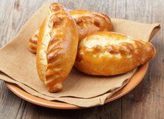 1. Печеные пирожки с творогом Ингредиенты: для теста: — кефир – 250 мл, — яйцо – 1 шт., — сахар – 1 ст.л., — разрыхлитель – 1 ч.л., — растительное масло – 3 ст.л., мука – 400 г, — соль; для начинки: — твердый сыр – 100 г, — моцарелла – 100 г, — творог – 200 г, — яйцо