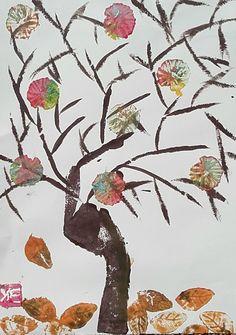 """au cours d'un atelier """"tampons en récup', carton, polystyrène etc"""", belle réalisation de Elisa : tronc : chute de polystyrène, branches : tranche de carton, feuilles : tampons en poystyrène; fleurs multicolores ; papier plié, le tout en acrylique sur papier à grain ivoire"""