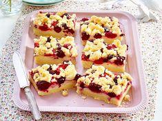 Streusel-Pudding-Schnitten mit Beeren Rezept | LECKER