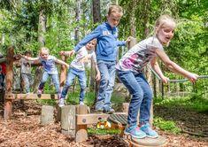 Die Kinder freuen sich sehr, wenn sie sich weiter in der Walderlebniswelt -auch alleine- umschauen und auf Entdeckung gehen dürfen! Den Balancierweg meistern, das Gleichgewicht im Slackline-Park testen oder im Fuchsbau die verschiedenen Ausgänge erproben. Ein Highlight ist auch immer das Riesenlabyrinth, die Klettermöglichkeiten oder der Flying-Fox. Woodland Forest