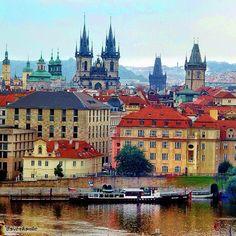 Vista del río Moldava en Praga, República Checa.
