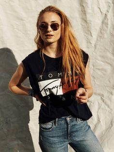Es war DAS Shirt der 90er und jetzt ist es wieder da: DasTommy Hilfiger T-Shirt mit dem Tommy Schriftzug war quasi das Äquivalent zum Calvin Klein-Shirt. Unter anderem wurde Sophie Turner auf der Comic-Con in dem guten Stück gesichtet und wir werden uns jetzt auch wieder eins zulegen, oder vielleicht finden wir ja unser Altes wieder... window.vn && window.vn.onInit.app.push(function(){window.vn.plugins.loadTracdelight();});