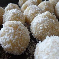 ca. 20 Stück Zutaten 100g Kokosflocken 30g Mandelmehl 1 Prise Zimt 3 EL Honig 4 EL Kokosöl 40g Mandelmilch oder Kokosmilch Kokosflocken zum Wälzen ca. 20 ganze Mandeln Zubereitung Honig und Kokosöl…