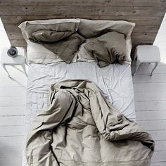 Really love the wooden backing of the bed! Would love to do this one day!
