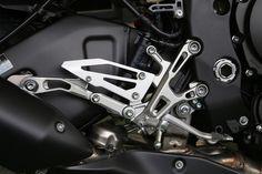 整組腳踏鏤空輕量的設計,看起來相當精美