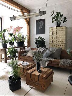 Vintage industriele woonkamer met kisten als salontafel, congnac kleurige bank en oude lockerkast. @JellinadelMar