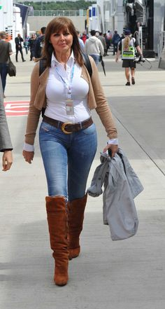 Carol Vorderman in Tight Jeans and Boots Sexy Jeans, Casual Jeans, Sexy Older Women, Sexy Women, Carol Vorderman, Beautiful Old Woman, Elegantes Outfit, Up Girl, Girls Jeans