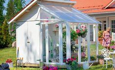 Gartenhaus mit Mini-Gewächshaus: Die komplette Grundfläche beträgt nur 3,16 x 2,08 m, unterteilt je zur Hälfte in Geräteschuppen und Glashaus. Ein doppelter Gewinn für jeden kleinen Garten (Plus AS, ca. 2.600 Euro)