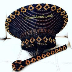 Zulu basket hat and Knobkerrie (large) African Shop, African Hats, African Attire, African Wear, African Fashion, African Style, Traditional Wedding Decor, Traditional African Clothing, Xhosa