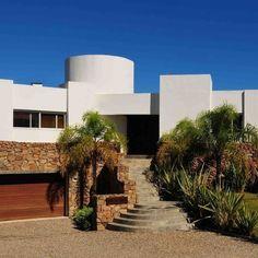 Residencia de verano Ubicacion: El Chorro, Maldonado, Uruguay Año: 2009 Superficie: 520m² Proyecto: Arq. Diego Algorta Carrau #myhouse#arquitectodiegoalgortacarrau #arquitectura #fachadasmodernas #contemporary #arquitecturamoderna #diseño#myhouseidea #modernhome#homeadore##uruguay#archilovers#design #uruguay #arquitecto #puntadeleste #mar #playa #architect #sea#beach#comfort#houseidea#comfort#bythesea#archilovers#weekend #archdaily