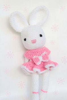 Je suis une adorable lapine entièrement réalisée au crochet.  Toute douce, je rêve de devenir la meilleure amie d'une petite fille.  Je porte une robe rose amovible ornée d'un nœud. By SoftandPop ♥♥♥