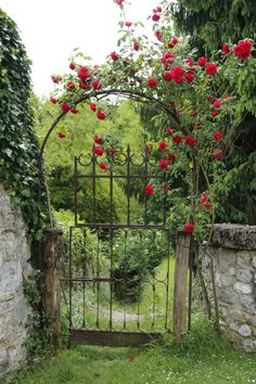 40 Gorgeous Creative Metal Garden Gates Ideas Page 46 of 49 Wooden Garden Gate, Garden Gates And Fencing, Garden Paths, Backyard Gates, Witch's Garden, Garden Of Eden, Fence, Garden Cottage, Rose Cottage