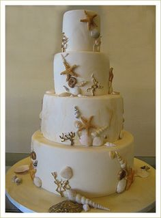 A wedding at the beach? Have this wedding cake in style!