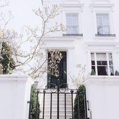 Fell in love with this amazing house in Notting Hill last week Oh god! Can I move in now please? London Townhouse, London Apartment, London House, Exterior Paint, Exterior Design, Interior And Exterior, House Front, My House, Town House