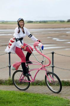 As much as I dislike birds, I've been really digging flamingos. I mean I am a Floridian now... And I WANT THIS BIKE