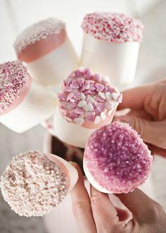 cake pops aus marshmallows dekoriert mit zuckerperlen und herzen aus fondant