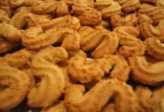This is my favorite portuguese cookie. I enjoy the tender crunch and corn flavour of the cookie, and it stays fresh for a long time.