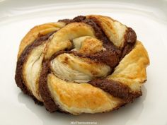 Caracolas de hojaldre con Nutella - MisThermorecetas A Food, Good Food, Food And Drink, Yummy Food, Strudel, Pan Dulce, Cupcake Cakes, French Toast, Bakery