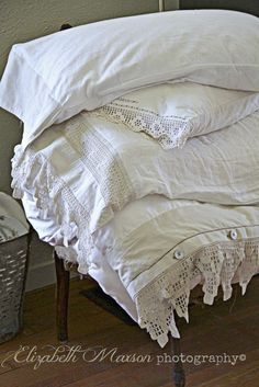 Adventures of Elizabeth: Getting in Touch with Textiles. Antique Lace, Vintage Lace, Linens And Lace, White Linens, Filet Crochet, Crochet Lace, Shabby Chic Bedrooms, Shabby Cottage, Vintage Textiles