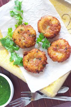 Enjoy the crispiest aloo tikkis /potato tikkis with green chutney (recipe included). Easy and perfect appetizer Indian Appetizers, Indian Snacks, Indian Food Recipes, Appetizer Recipes, Ethnic Recipes, Indian Foods, Indian Dishes, Green Chutney Recipe, Chutney Recipes