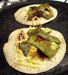 Taco de nopales con chorizo y queso.