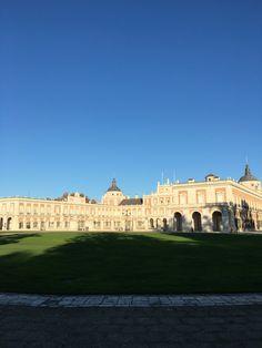 Palacio Real de Aranjuez en España. De los palacios que hay este precioso país, este es de los más bonitos y majestuosos. No podéis dejar de entrar y dar un viaje a través del tiempo reviviendo la época de Isabel II y Carlos III entre otros reyes españoles.