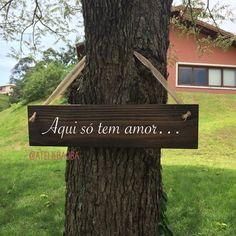 Placa hang de madeira retangular médio para casamentos e festas. Tamanho: 60cm x 15cm.