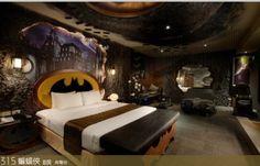 Ein Luxushotel hat vor kurzem eine Hotelsuite gestalten lassen, die der Batmangruft, aus The Dark Knight, in Designaspekten ziemlich nahe kommt. In dem Batman Hotelzimmer finden sich neben einem Batman Bett, eine Batman TV Station, Batman Relax Zone mit Batman Couch im Design des Batmobils und ein Batman Whirlpool. All das gibt es seit kurzem im Eden Hotel in der Taiwannischen Stadt Kaohsiung City. Verrückt die Taiwaner, aber anscheinend finden Sie Hotelzimmer im Superhelden Design cool.