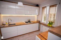 Średnia otwarta kuchnia dwurzędowa, styl skandynawski - zdjęcie od tobi85