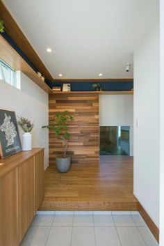 Tile and timber Wooden Wall Cladding, Japanese Living Rooms, Japanese Style House, Japanese Interior, House Entrance, House Layouts, Ceiling Design, Sweet Home, New Homes