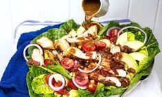 Kyllingsalat med avokado, bacon og honning- og sennepsdressing smaker fantastisk godt, og inneholder kun 407 kalorier per porsjon!
