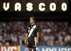 Edmundo observa uma jogada de longe, em jogo do Vasco no ano 2000.