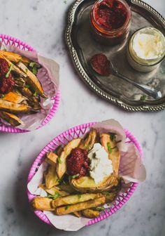 Fritkot De Groene Meiskes is geopend! Vanaf vandaag kunt u bij ons terecht voor heerlijk versgesneden, knapperige en vetarme fritten, gemaakt in onze Airfryer, geserveerd met huisgemaakte veganaise en ketchup. Klinkt dat niet heel erg goed? Salades met pompoen, boerenkool en kikkererwten… hartstikke lekker, maar naast alle healthy recepten die we veel plaatsen op De … Lees verder (Zoete) aardappelfriet met huisgemaakte veganaise en ketchup →