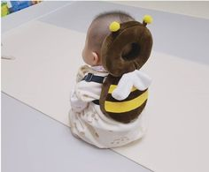 This Bee Shaped Baby Backpack Protects Babies Heads If They Fall Over Bienenförmiger Baby-Kopfschutz-Rucksack Unique Gifts (Visited 3 times, 1 visits today) So Cute Baby, Baby Kind, Cute Kids, Cute Babies, Mom And Baby, The Babys, Baby Rucksack, Baby Gadgets, Camping Gadgets