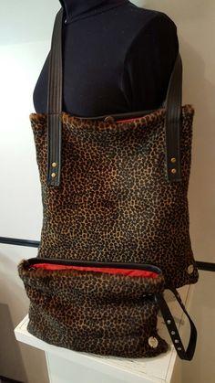 """""""AU"""" tote bag van lamsvacht in combi met zwart rundleder. Exclusief design. € 139,-. Bijpassende clutch € 99,95. Te koop bij www.atelierunique.nl"""