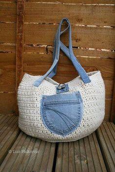 Bolsa em crochê, com detalhes em jeans reciclado.