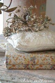 Oud doosje/ Old box, pillow & bridal tiara