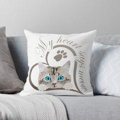 Süßes Baby Kätzchen, Katze. Schönes Design für Katzenbesitzer, Katzen Freunde und Katzen Liebhaber. Tolles Geschenk für Katzenbesitzer. Mein Herz sagt miau.#katze #Kätzchen #katzenliebhaber #cat #cute Throw Pillows, Gifts For Cats, Great Gifts, Baby Kitty, Nice Designs, Friends, Heart, Dekoration, Toss Pillows