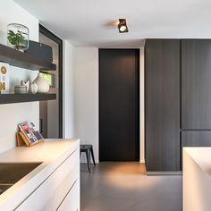 zwarte deur van vloer tot plafond
