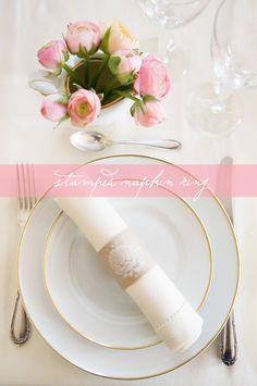 Anel de guardanapos de papel kraft com um carimbo floral