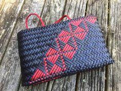Contemporary and traditional Maori weaving / Harakeke Kete Polynesian Designs, Maori Designs, Flax Weaving, Weaving Art, Wood Sculpture, Abstract Sculpture, Bronze Sculpture, Maori Patterns, Basket Weaving Patterns