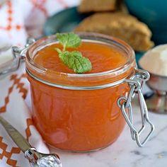 Söt och god marmelad med morötter, citron och ingefära.