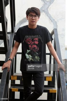 This photo taken on December 2017 shows Indonesian actor and singer Iqbaal Dhiafakhri Ramadhan posing during a photo shoot in Bekasi. Reza Rahadian, My Boo, Wallpaper Quotes, Boy Outfits, Photo Shoot, It Cast, Singer, Mood, Actors