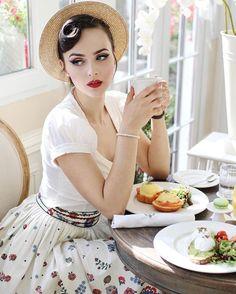 Idda van Munster Gorgeous pinup model showcasing vintage inspired clothing and hair styles. Pin Up Vintage, Look Vintage, Vintage Mode, Vintage Girls, Vintage Beauty, Retro Vintage, Vintage Outfits, Vintage Dresses, Vintage Fashion