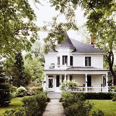 Exterior Cottage Ideas Woods Ideas For 2019 Cute House, My House, Antebellum Homes, Old Mansions, Unusual Homes, Dream House Exterior, House Exteriors, Old Farm Houses, Classical Architecture