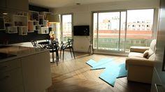 Salon, salle à manger et cuisine ouverte : cette pièce à vivre, bien qu'elle porte trois fonctions, est spacieuse et lumineuse !