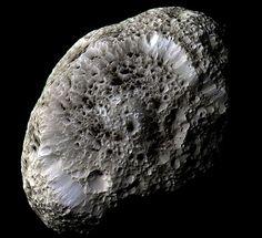 Hyperion. Satelite de Saturno que parece una esponja. Foto hecha, como no, por Cassini.