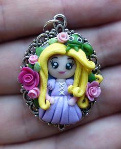 Ciondolo cameo decorato con bambolina rapunzel e pascal in fimo fatto a mano - Rapunzel and pascal pendant in fimo polymer clay handmade