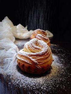 Очень схожи на советские булочки-розочки, только выпекаются в формочках для маффинов, поэтому и такое название у них. Получаются безумно вкусными и очень красивыми. Им ещё свойственно быть великолепными и на второй день. Но в основном они не доживают до него. Съедаются невероятно быстро.